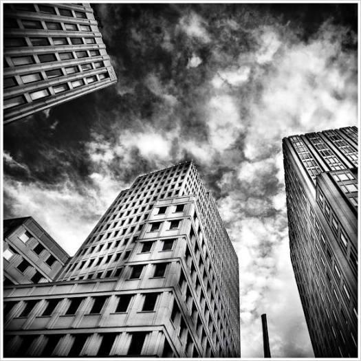 Hochhäuser mit dramatischem Himmel