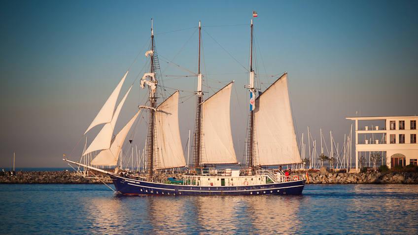 Ein Segelschiff in der untergehenden Sonne