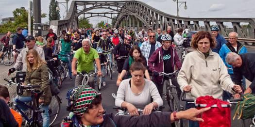 Radfahrer stehen auf einer Brücke