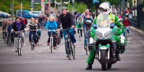 Polizeimotorrad mit Radfahrern