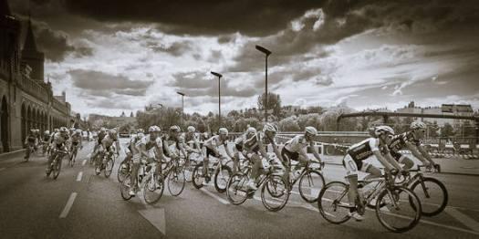 Radrennfahrer auf der Oberbaumbrücke