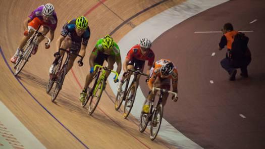 Rennradfahrer im Velodrom
