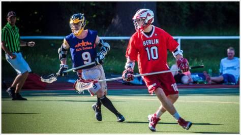 Zwei Lacrossespieler auf dem Feld