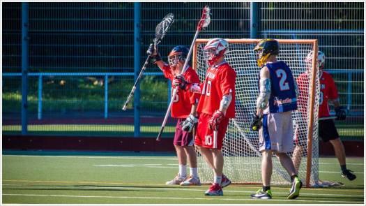 Lacrossespieler vor dem Tor