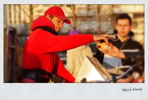 Grillrunner übergibt eine Bratwurst