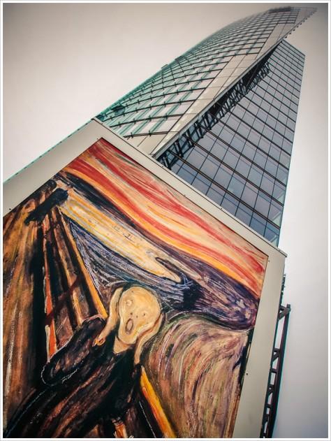 """""""Der Schrei"""" von Edvard Munch vor dem Bahntower - Foto: h b"""