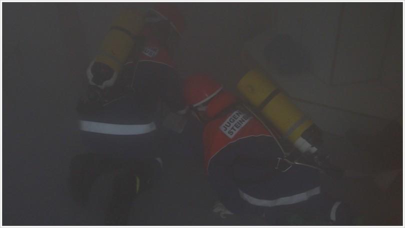 Jugendfeuerwehrleute bei einer Atemschutzübung