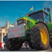 Die Trecker der Bauern führen die Demonstration an - Foto: h|b