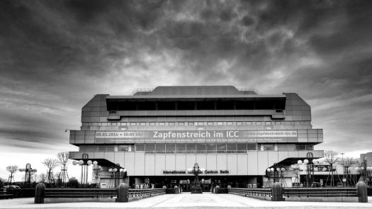 Der Eingang zum ICC Berlin mit Werbebanner für das letzte Konzert - Foto: h|b