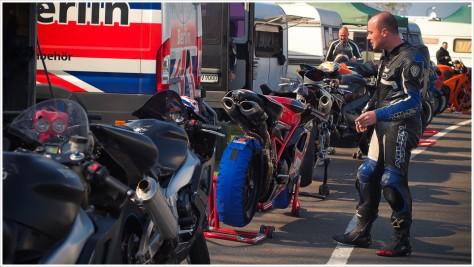 Fahrerlager mit Benzin- und Ölgeruch - Foto: h|b