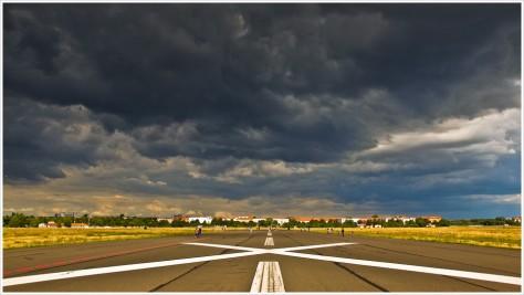 Endloser Himmel über dem Tempelhofer Feld - Foto: h|b