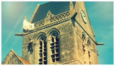 John Steel am Kirchturm von Saint-Mére-Eglise