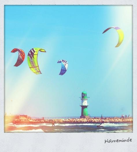 Kitesurfer vor dem Warnemünder Leuchtturm