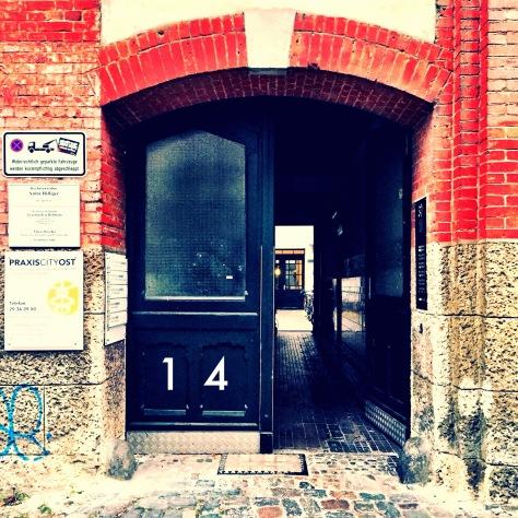 """Die """"Tür zum Hof"""" zum Arzt - Foto: h b"""