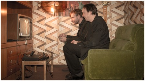 Kulturstaatssekretär Tim Renner und der Direktor des Museums, Andreas Lange, spielen Pong! in einer Originalkulisse aus den 70ern - Foto: h|b