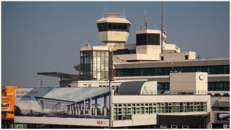 Das BER-Eröffnungsplakat hängt am Tegeler Flughafen - Foto: h|b