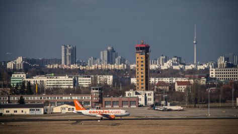 Billigflieger vor Stadtkulisse - Foto: h|b