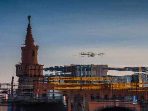 Wasserreflexion mit Oberbaumbrücke und U-Bahn - Foto: h|b