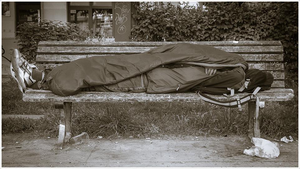 Schlafender auf einer Parkbank