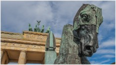 Bronzefigur am Brandenburger Tor - Foto: h b [Olympus OM-D E-M5, 12-40/2.8 Pro, 14mm / f.8 / ISO 200]