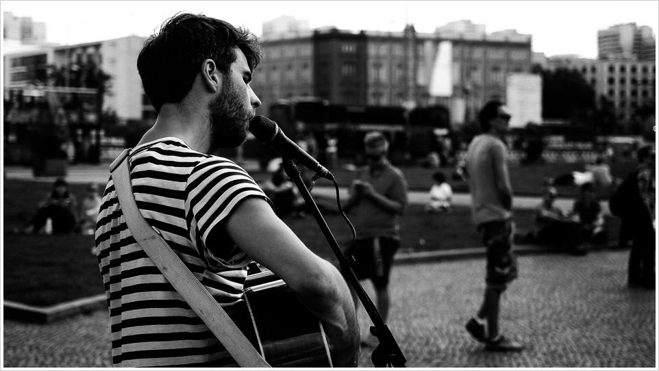 Strassenmusikant im Lustgarten in Berlin in schwarzweiss