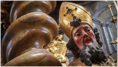 Bischofsfigur im Kloster
