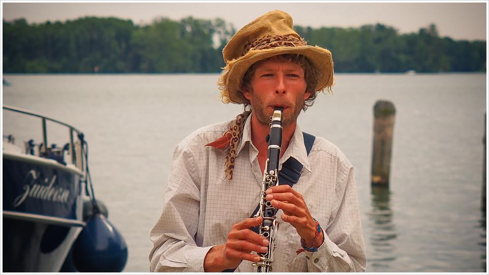 Klarinettenspieler vor See
