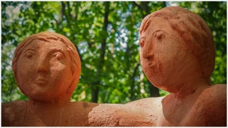 Köpfe von Figuren mit Waldhintergund