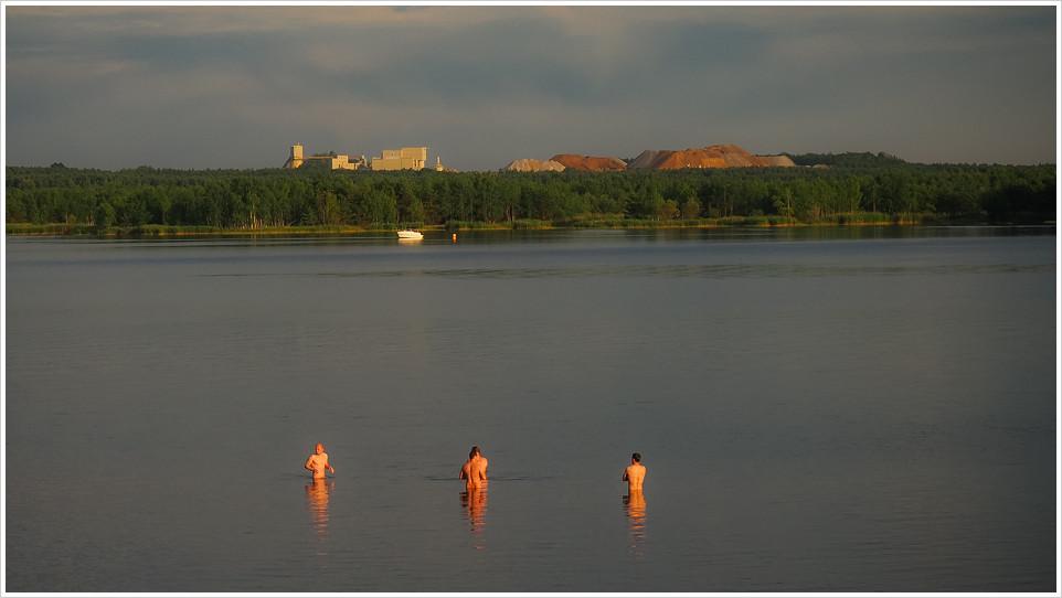 Drei Männer baden im See