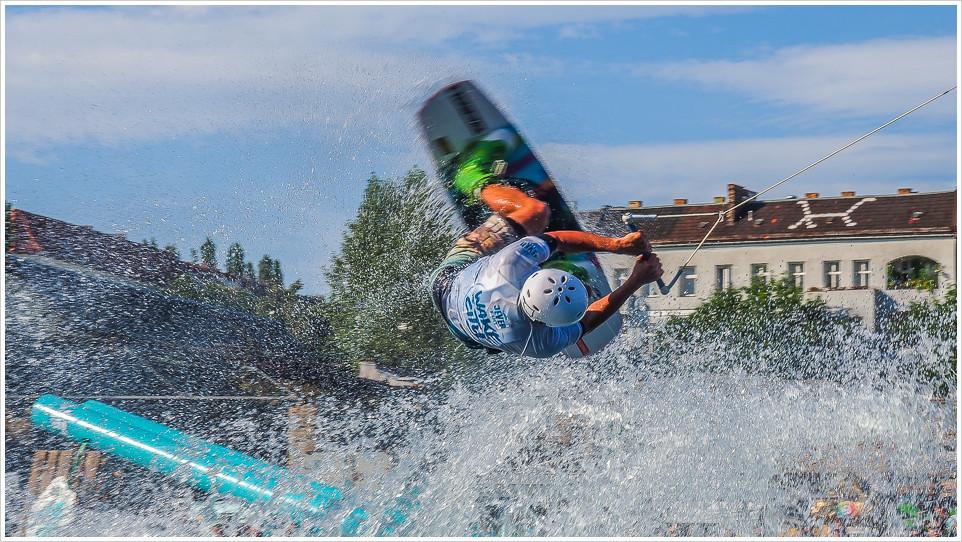 Wakeboarder dreht Schraube