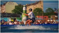 Wakeboarder im Wasser