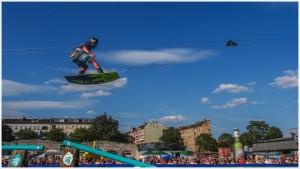 Wakeboarder im Flug