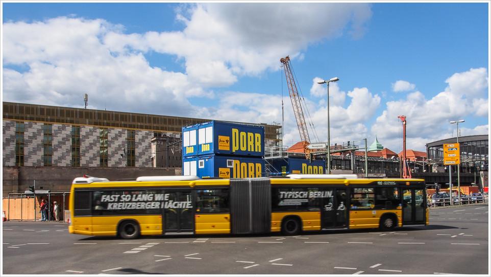 Bus fährt an Baustelle vorbei