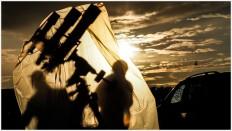 Ein Dreifachteleskop unter Plastikplane
