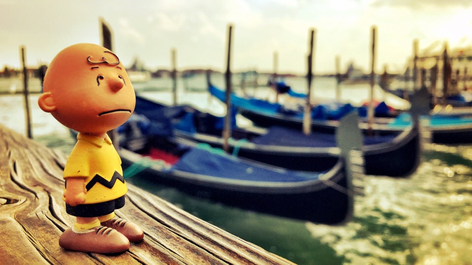 Charlie Brown vor Gondeln in Venedig