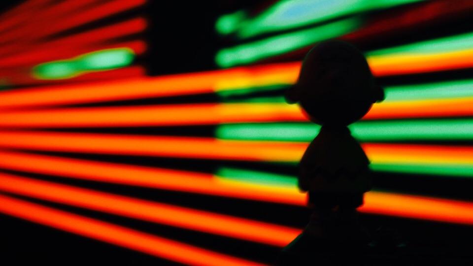 Farbspiele mit Schatten einer Figur