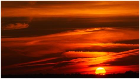 Sonnenuntergang mit spektakulärem Himmel