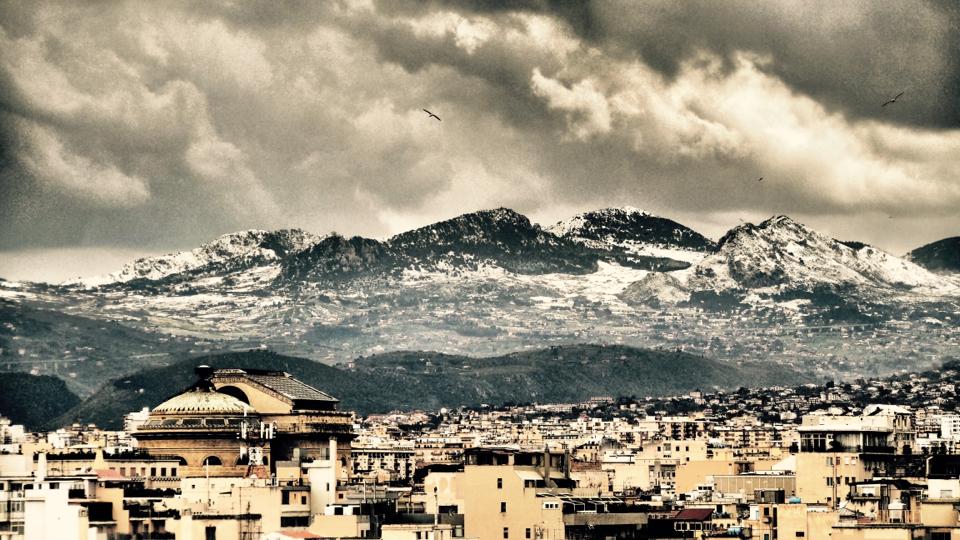Palermo auf Sizilien mit schneebedeckten Bergen