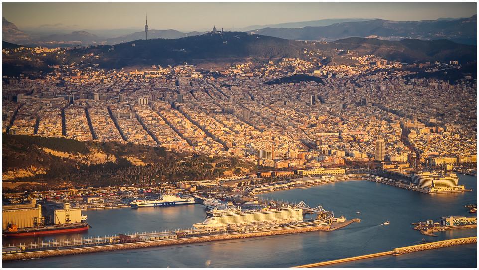 Barcelona mit Hafen aus dem Flugzeug während des Landeanfluges