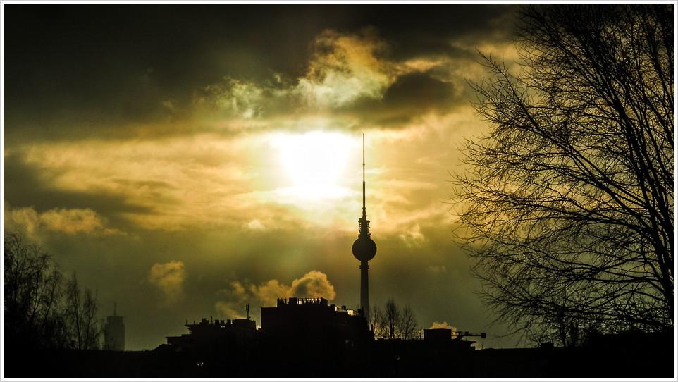 Fernsehturm am Alex in der Morgensonne