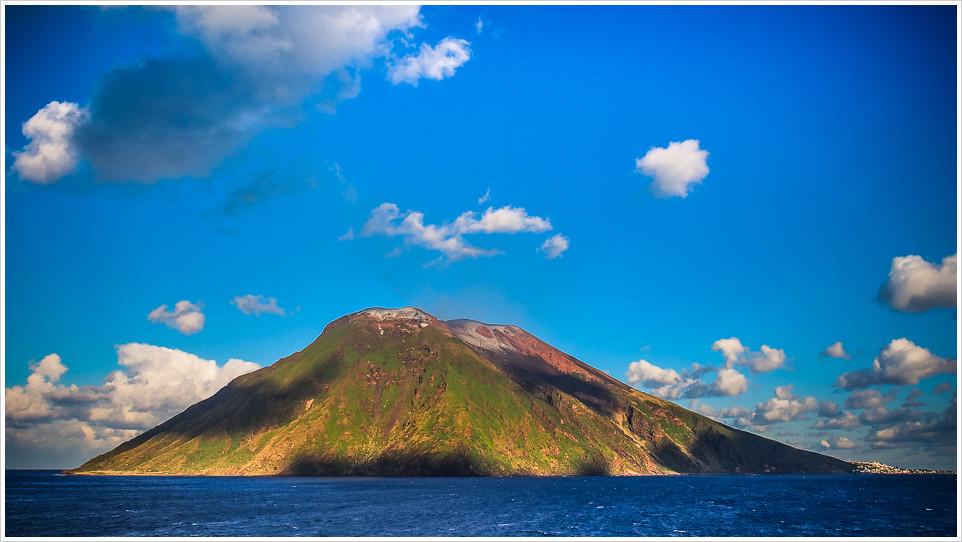 Vullkaninsel Stromboli im Mittelmeer mit blauem Himmel