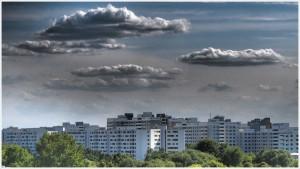 Häuserfront mit Wolken