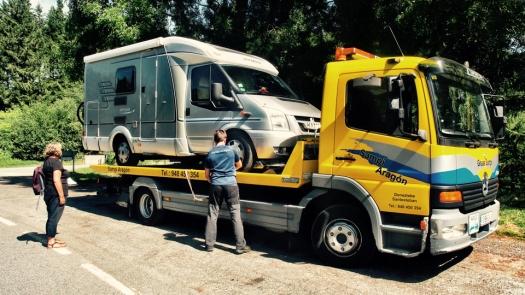 Wohnmobil auf Abschleppwagen