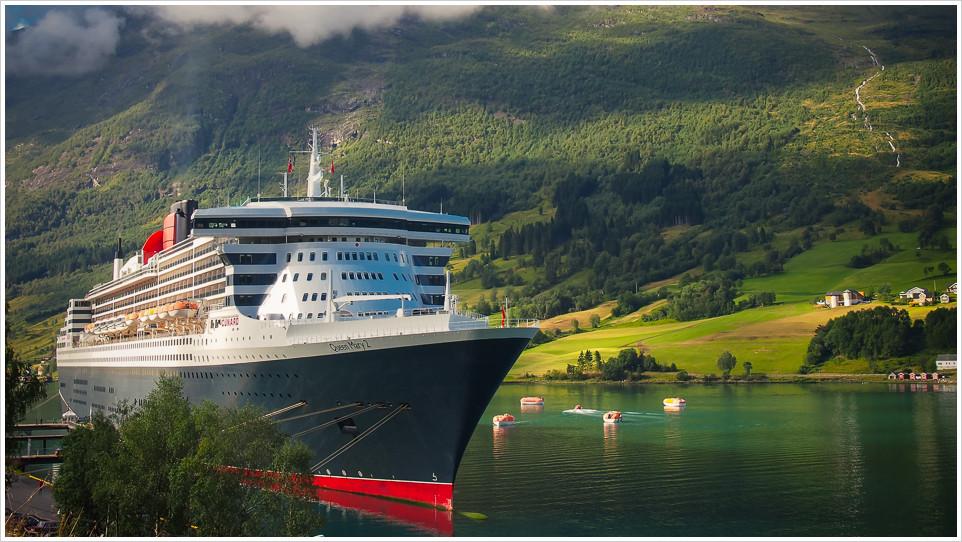 Queen Mary 2 in Fjord bei Olden in Norwegen