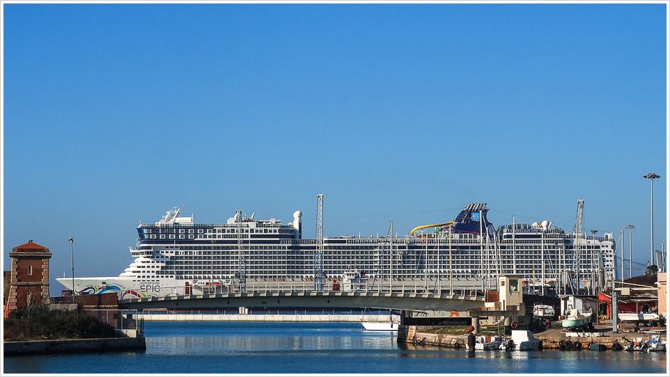 Die Norwegian Epic im Hafen von Livorno