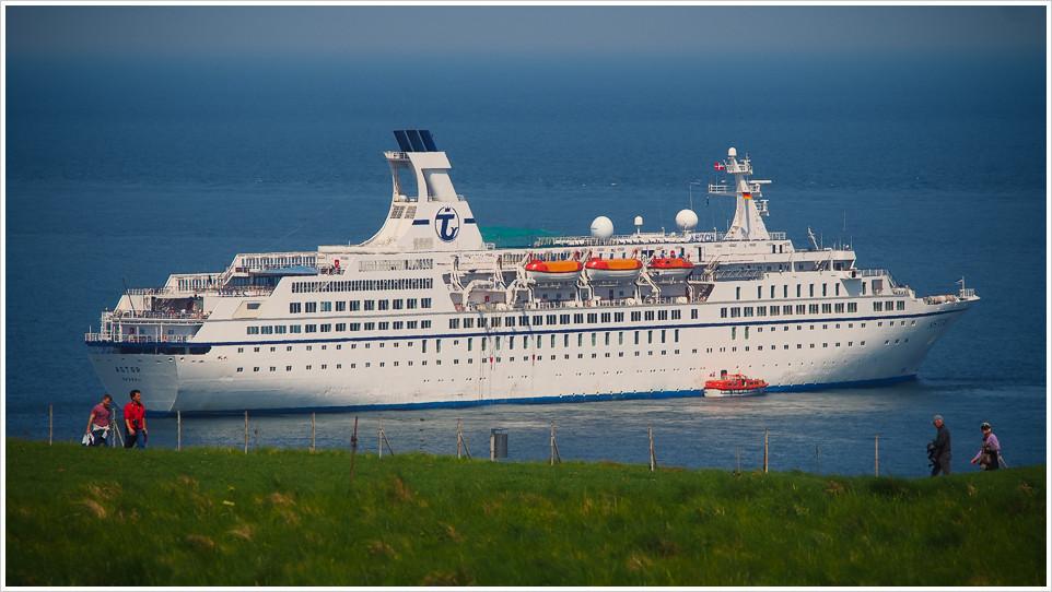 MS Astor vor Helgoland