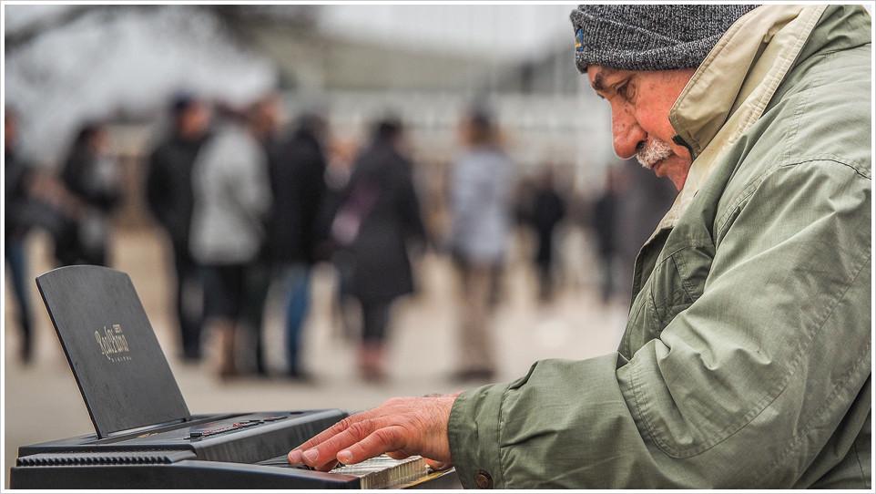 Pianospieler an der Promenade von Warnemünde