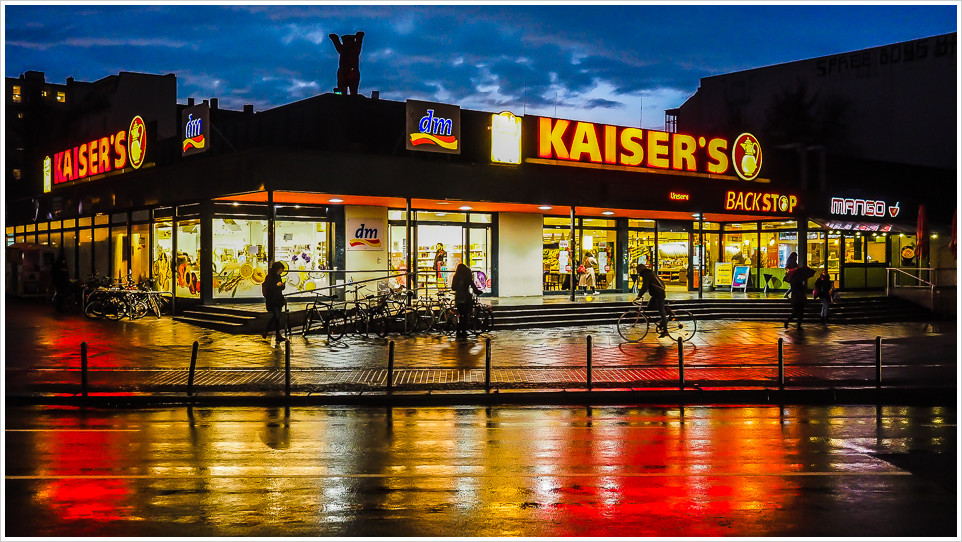 Einkaufsmarkt Kaisers bei Nacht