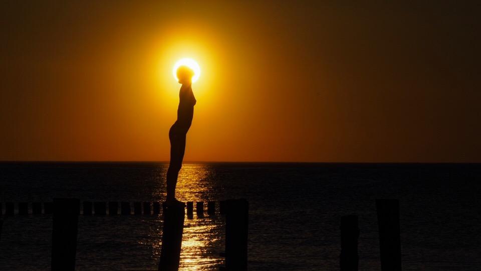 Spiegelfigur in Zingst in der untergehenden Sonne