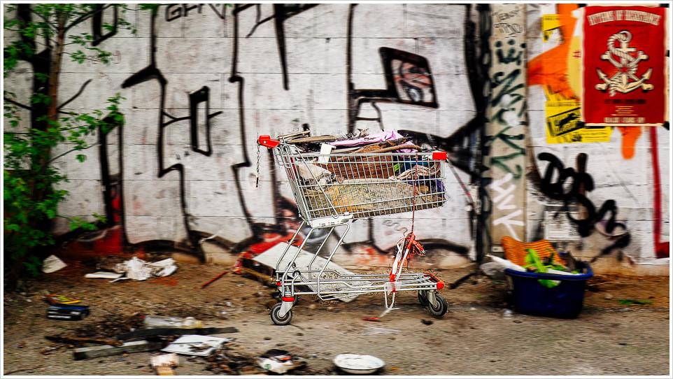 Einkaufswagen vor Grafittiwand
